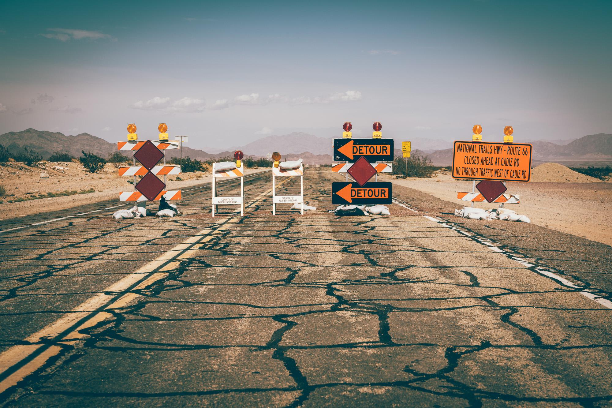 Objazd na Route 66 w okolicach San Bernardino, Kalifornia, USA.