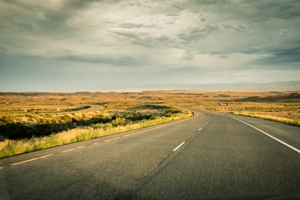 """Typowa droga w Stanach """"pośrodku niczego"""". Tutaj mijam granicę stanów - za chwilę będę w Utah, USA."""